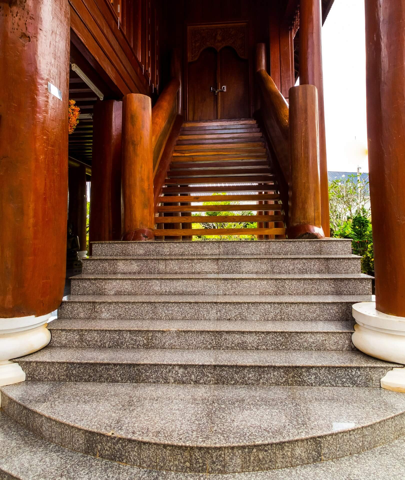 staircase-221105_1920